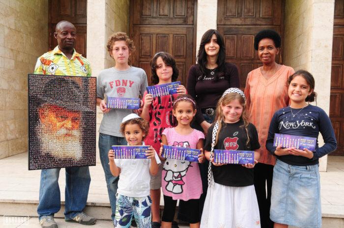 השליחה מרים בן טולילא מחלקת נרות חנוכה באפריקה