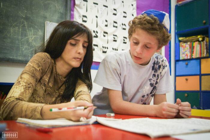 השליחה מרים בן טולילא מלמדת ילד יהודי עברית