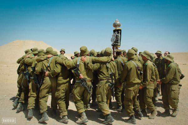 """חיילי צה""""ל מגביהים ספר תורה"""